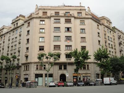 Façana al C/. Casanova, nº 103 cantonada C/. Valencia, nº 143 (Barcelona)